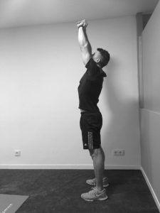 ejercicio estirar espalda